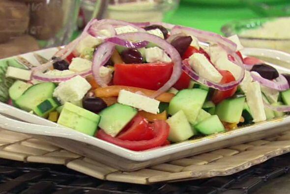 """Para elaborar una """"Ensalada Griega"""",  no olvides incorporar tomate, pepi..."""