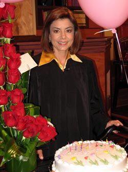 La jueza se emocionó por la sorpresa que le dieron.