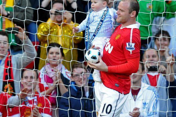Wayne Rooney también llevó a su pequeño con un balo...