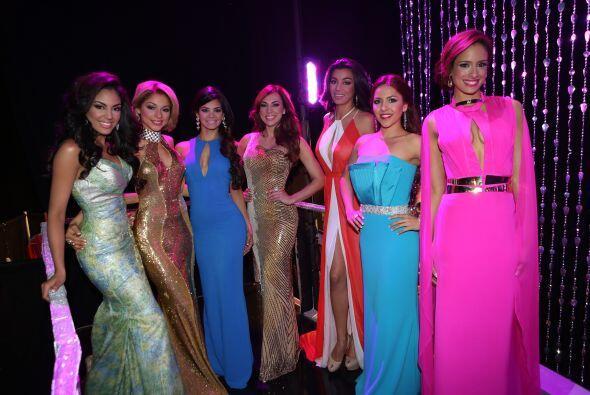 Las chicas posando con sus vestidos de noche, ¿a poco no lucen co...