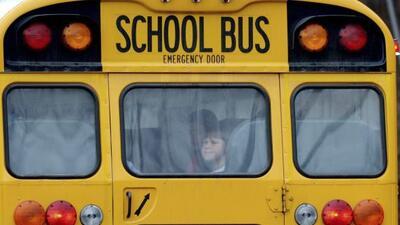 Fotografía de archivo fechada el 18 de diciembre de 2012 de un niño mira...