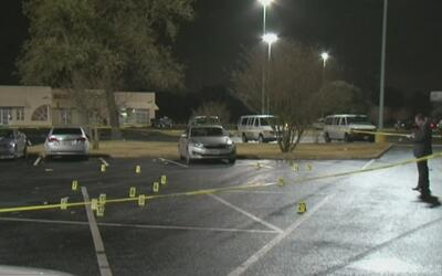 Joven de 18 años de edad muere en tiroteo afuera de un salón de fiestas...