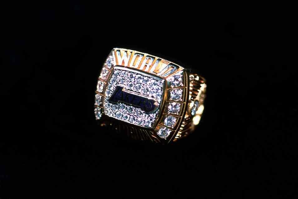 El anillo de campeón de los Lakers de los Angeles del 2000 que derrotaro...