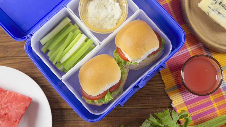 Mini hamburguesas + apio + blue cheese + agua de sandía