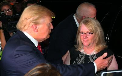 Trump abraza a Maureen Maloney, madre de Matthew Denice, muerto en 2011...