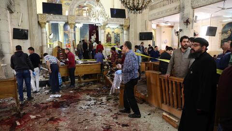 Una vista general tras la explosión de una bomba que afect&oacute...