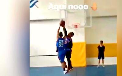 Carlos Vela hizo un tremendo tapón a lo Ginóbili en un duelo de baloncesto