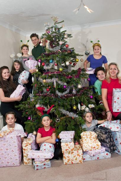 Rayna Warriner, de 39 años, tiene nueve hijos, todos entre los 6 y los 1...