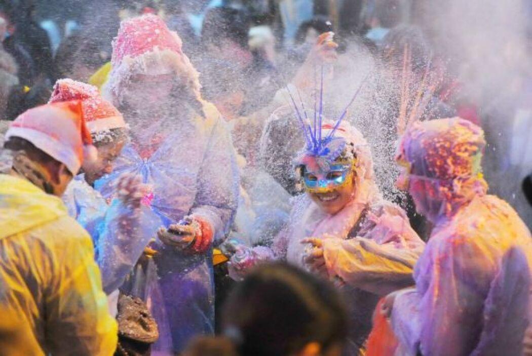 Los jóvenes chinos celebraron la Navidad con guerra de espuma.