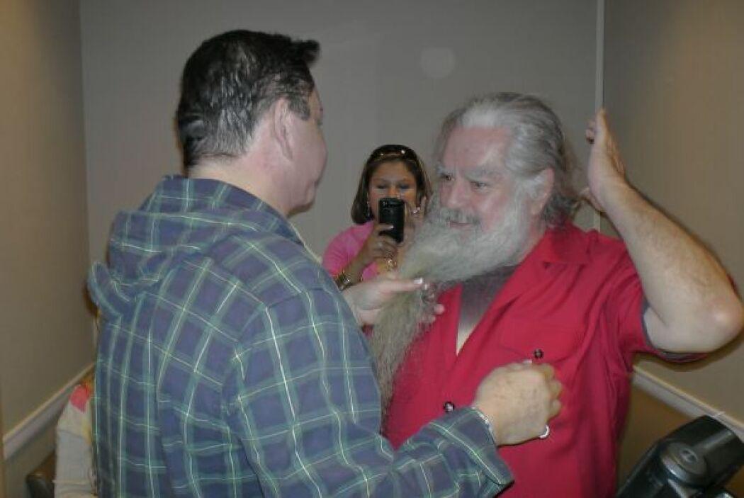 Sammy ya lo esperaba con las tijeras listas para cortar su barba.