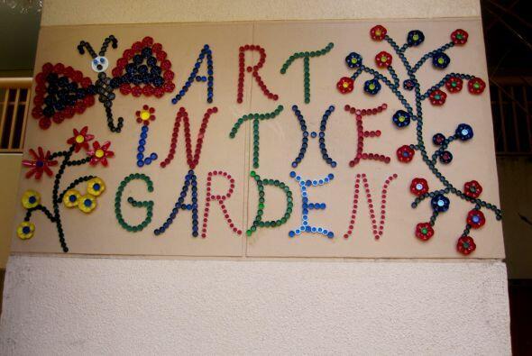 """Y a un lado, la maestra elaboró el cartel """"Art in the Garden"""". Por supue..."""
