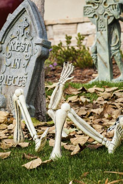 Un cementerio en tu jardín. Consigue un set de lápidas lum...