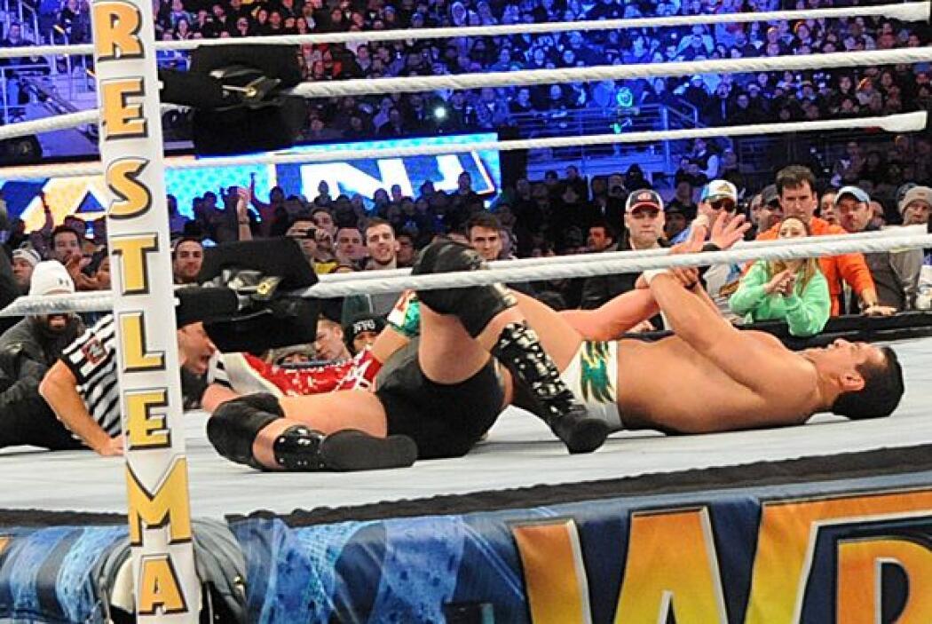 Al final Alberto Del Río inmovilizó a Swagger y se llevó la victoria.