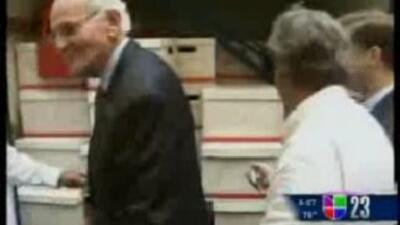 Norman Braman acudió a la corte de Miami-Dade para entregar las cajas co...