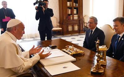 El Papa reúne al presidente Santos y al expresidente Uribe por 30 minuto...