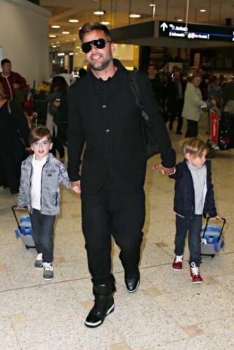 Mateo y Valentino disfrutan de los viajes de su guapo padre.Mira aquí lo...