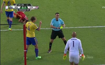 Tarjeta amarilla. El árbitro amonesta a Tim Howard de Colorado Rapids