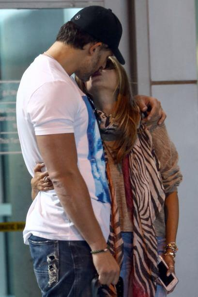 Ella le robó un beso para dejar en claro que lo suyo iba muy en serio.