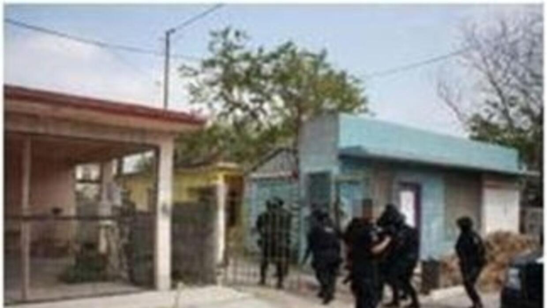 La policía federal de México rescató a 16 personas, entre ellas 13 centr...