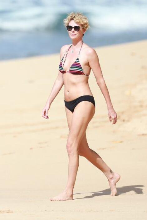 Charlize Theron fue otro bombón que presumió en la playa el abdomen y to...