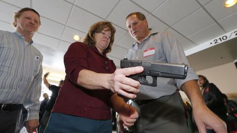 Un instructor enseña a maestros de escuela a manejar armas en Utah.