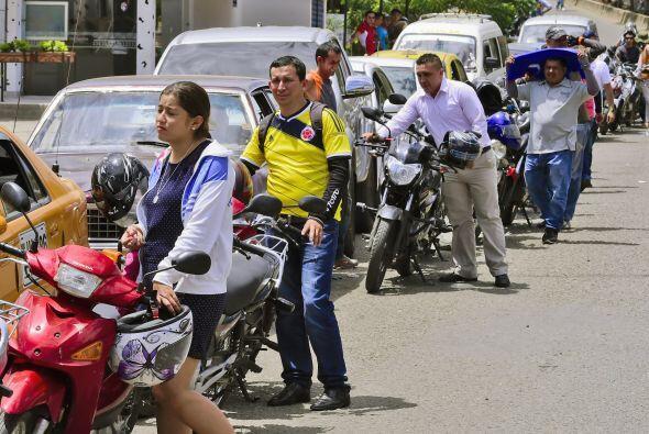 La gente hace cola para comprar combustible en Cúcuta, Norte de Santande...
