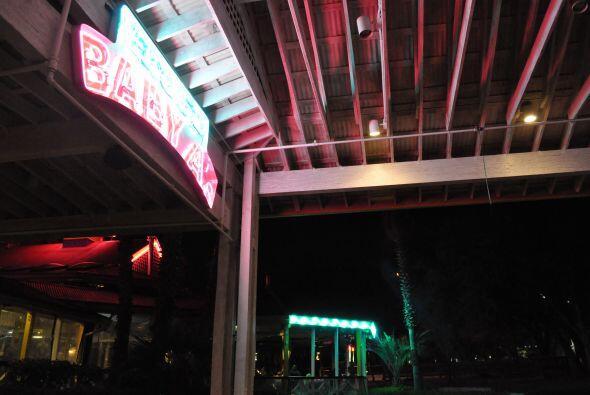Cae la noche en Austin y la ciudad se viste de neón y luces mexicanas. E...