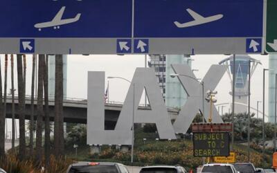 Aeropuerto de Los Ángeles opera bajo estrictas medidas de seguridad lueg...