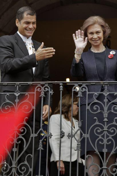 La visita incluyó una salida al balcón presidencial desde donde recibier...