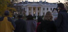 Personas frente a la Casa Blanca mirando el incidente