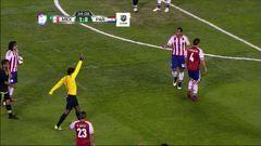 Tarjeta amarilla. El árbitro amonesta a Pablo César Aguilar de Paraguay