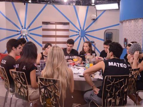 Al mediodía, los Protagonistas almuerzan juntos y conversan de to...