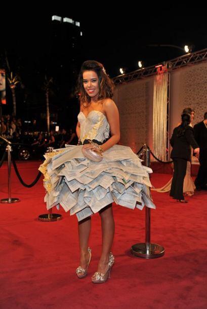 Pero su belleza es tal que hasta con un vestido de reciclaje lució hermosa