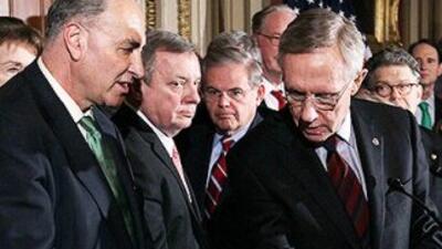 Los senadores Charles Schumer (izq.) y Harry Reid (der.) hablan durante...