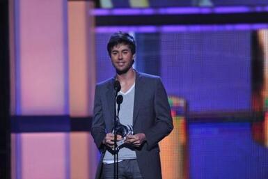 El cantante Enrique Iglesias asistió a Premio Lo Nuestro pero no para ca...