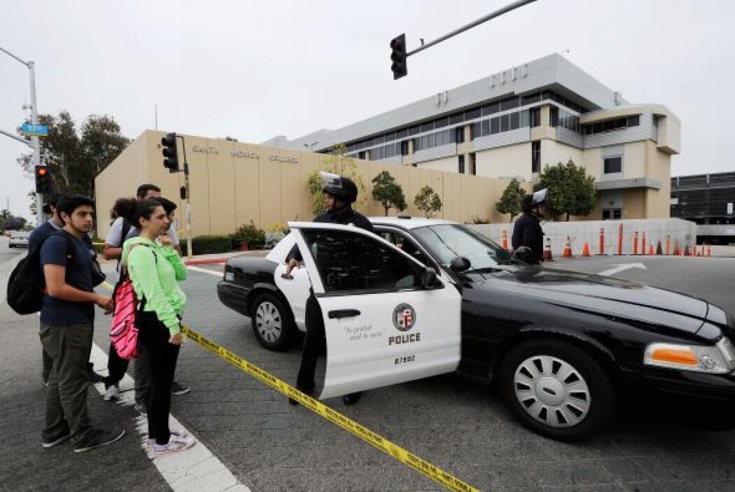 La policía mantenía la calma entre los estudiantes que se encontraban en...