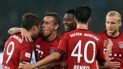 Los jugadores del Bayern felicitan a Gotze.