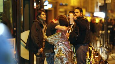 Dos personas se abrazan tras ser liberados de la sala Le Bataclan