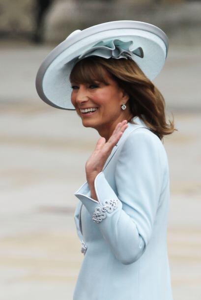 La madre de Kate, Carole Middleton se distinguió por su enorme tocado de...