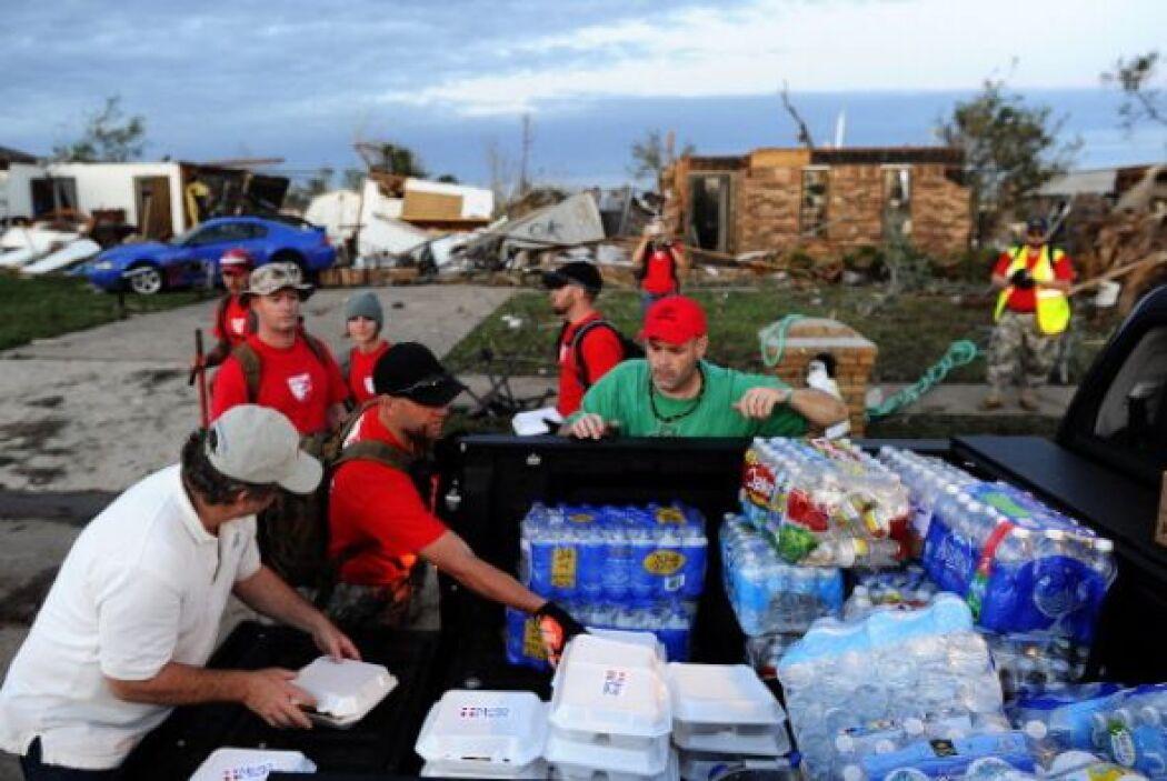 Voluntarios de Mercy Chefs reparten comida caliente a las personas que l...