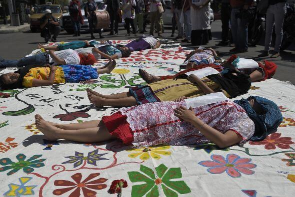 Otros más se acostaron sobre el piso, simulando ser víctimas de la inseg...