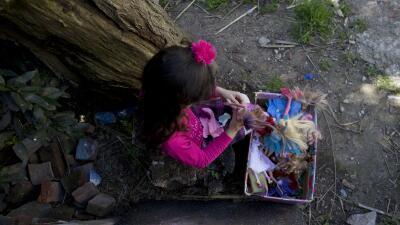 Luana juega con sus muñecas en su casa en Merlo, Argentina.