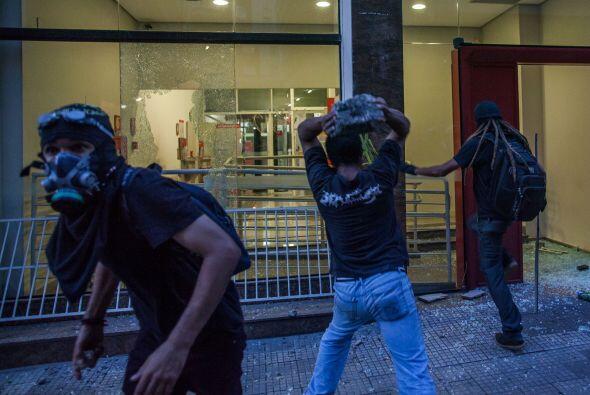 Un grupo de manifestantes intentó invadir el estadio.