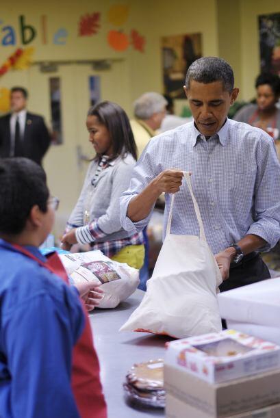 El propio presidente trabajó a destajo, preparando las bolsas con los pa...