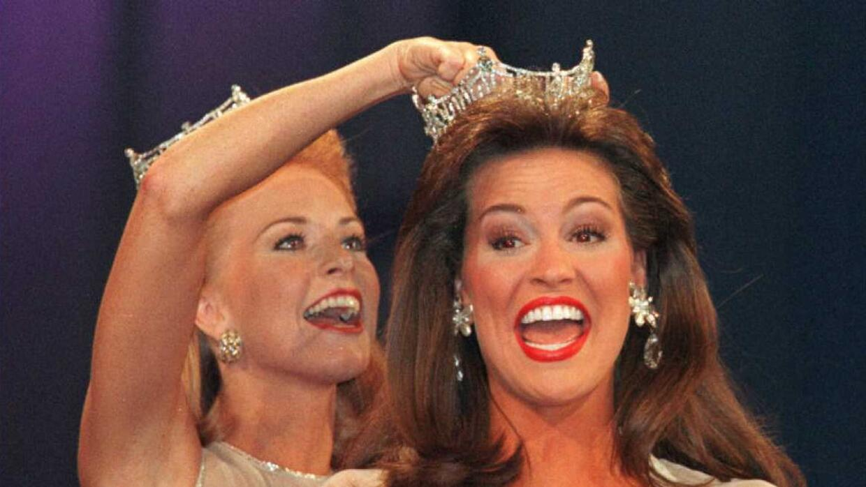 Tara Dawn Holland (R), Miss Kansas, is crowned Miss America 1997