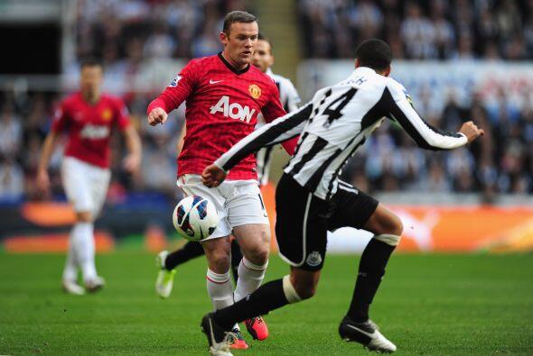 Wayne Rooney, quien figuró entre los titulares, poco a poco va to...