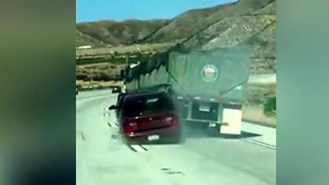 Un vehículo con una persona adentro fue arrastrado por un camión en Cajo...