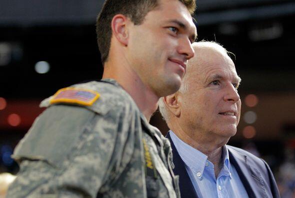 El ex candidato presidencial, Jon McCain estuvo presente en el estadio d...