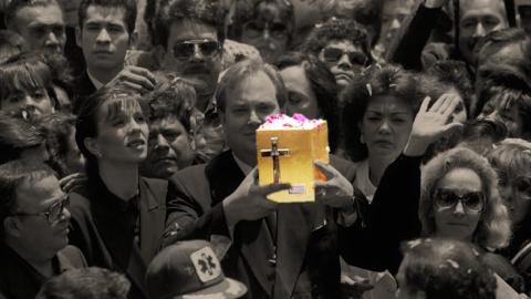 Mario Moreno Ivanova muestra a la multitud la urna funeraria con las cen...