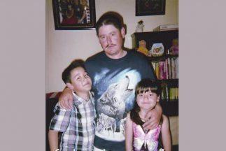El inmigrante mexicano Rafael Gaytán junto a sus hijos Oswaldo de 9 años...
